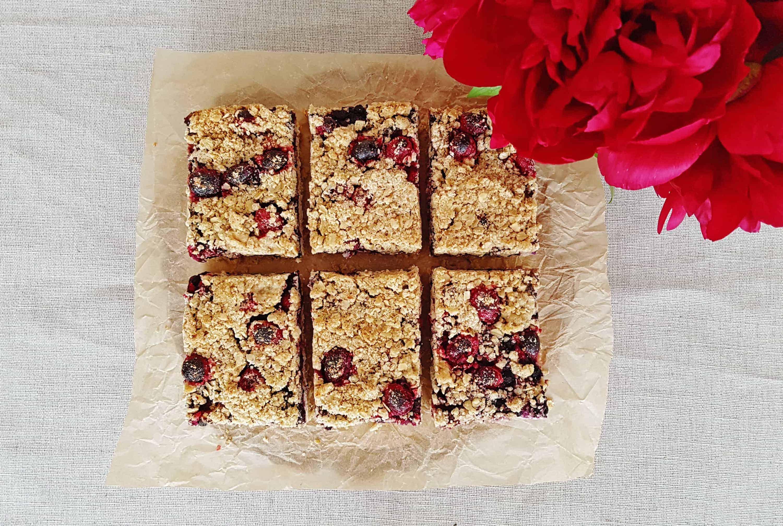 Fit koláč z vločiek, tvarohu a ovocia